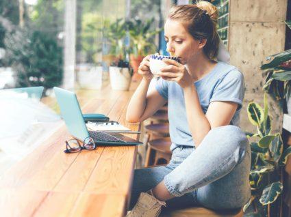 Alimentos termogénicos: mulher a beber chá verde