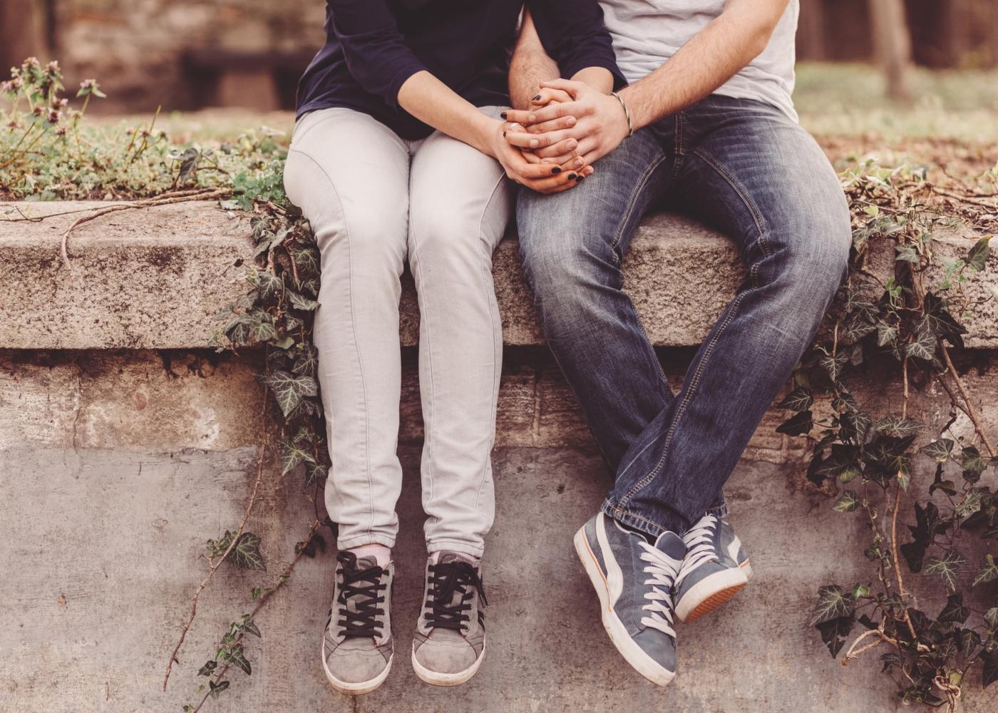Casal de adolescentes de mãos dadas