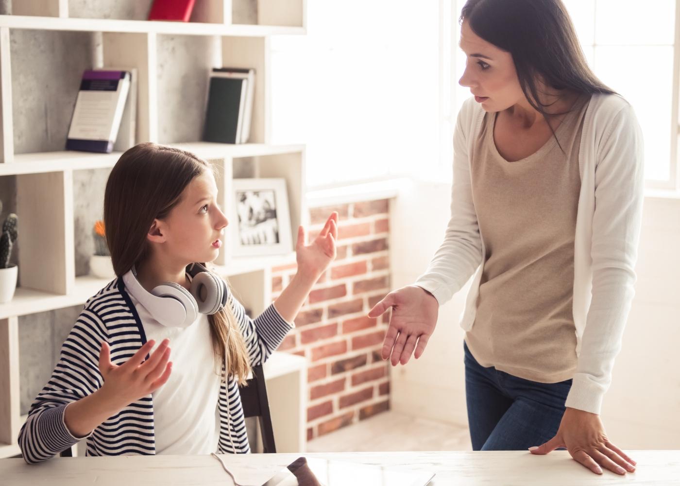 Filhos problemáticos: mãe e filha a discutirem