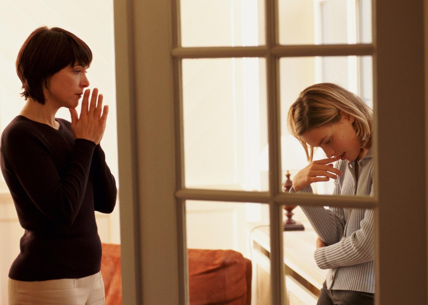 Coisas que os pais nunca devem fazer a um adolescente: mãe a falar com filho adolescente