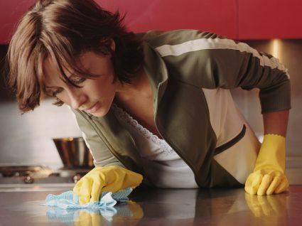Mulher a limpar a casa vigorosamente por ter obsessão com sujidade