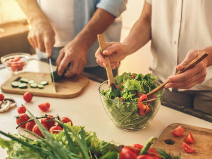 casal a cozinhar em casa