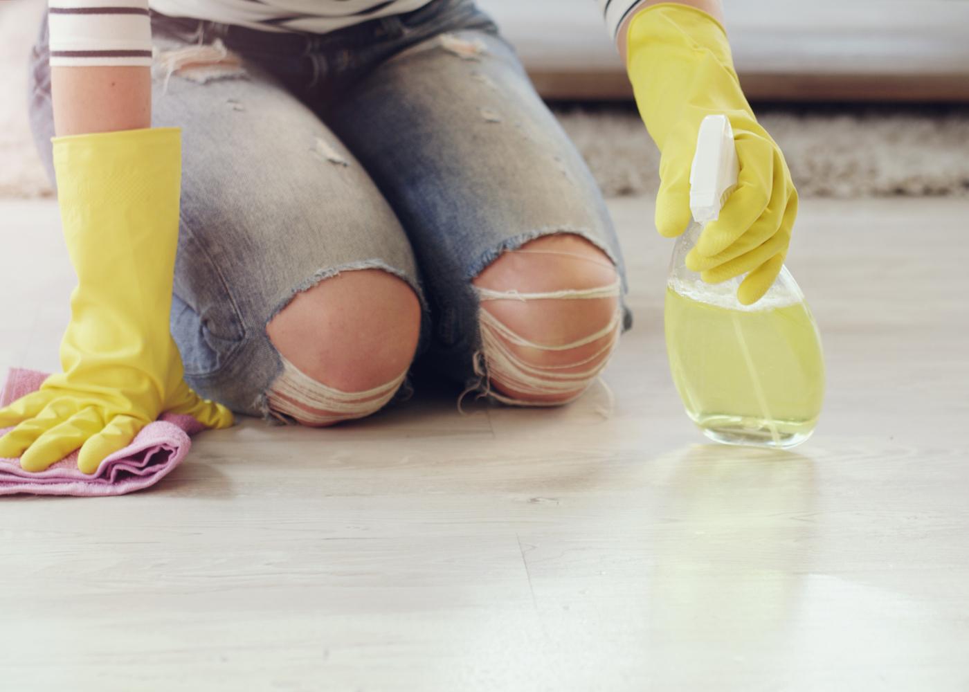 mulher a limpar o chão de forma obsessiva