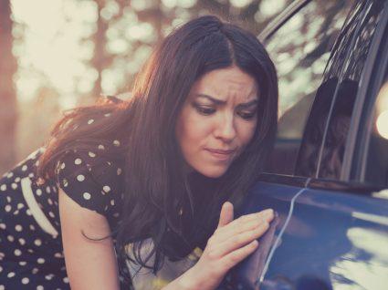 mulher a verificar riscos no carro