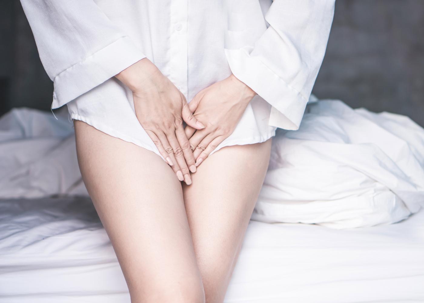mulher surpreendida com a menstruação adiantada