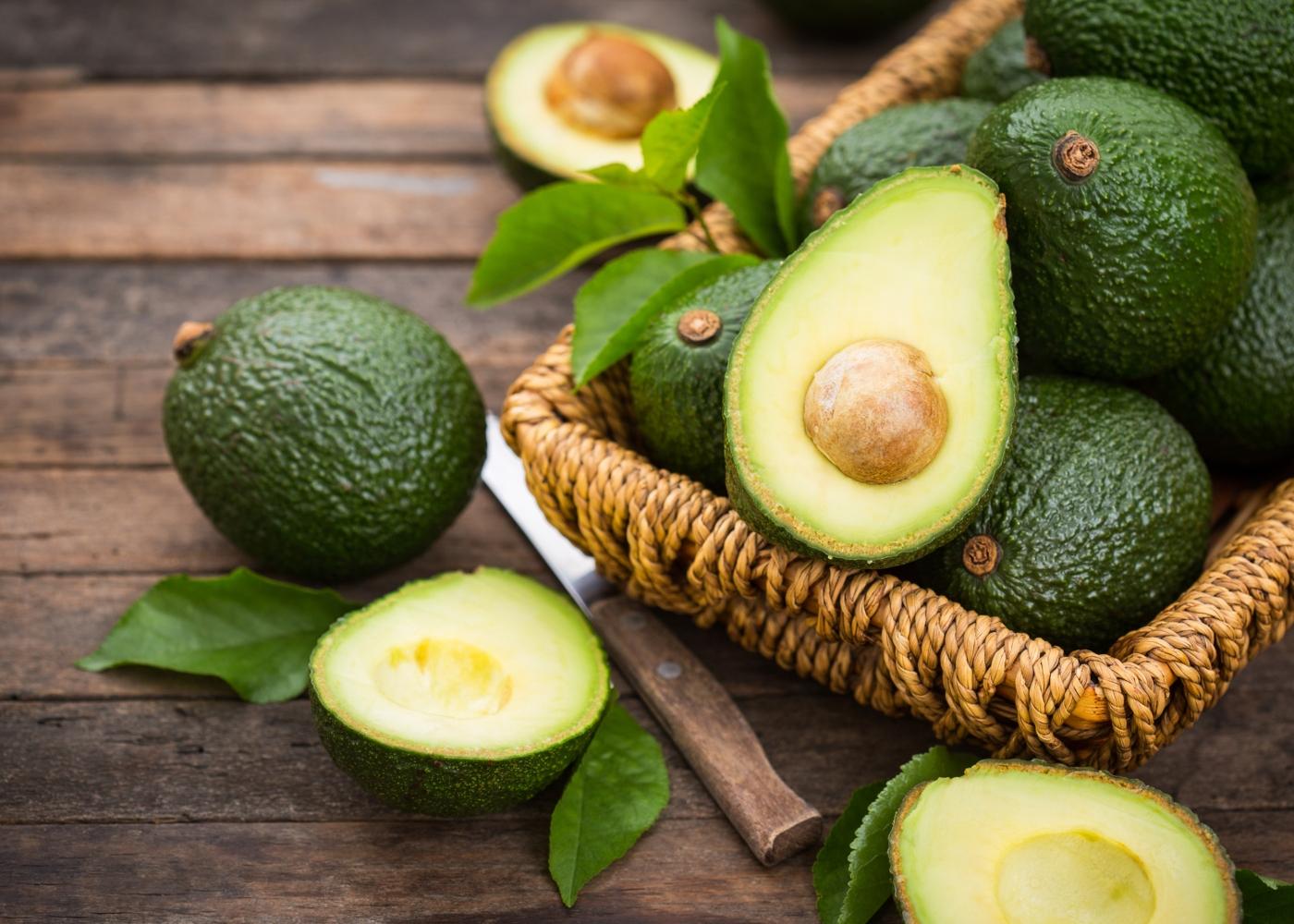 Abacates num cesto