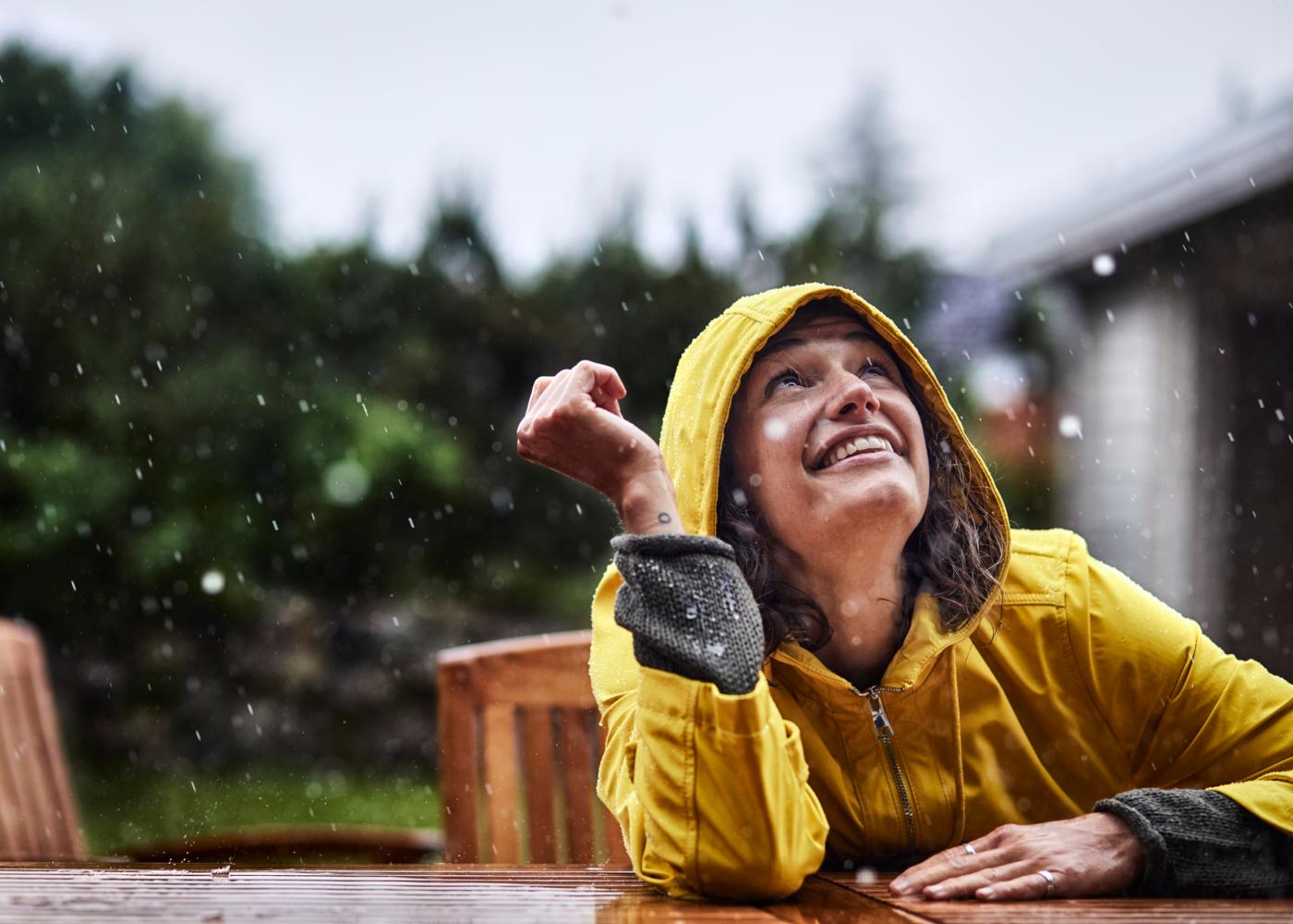 Como deixar o pessimismo de lado: mulher a sorrir