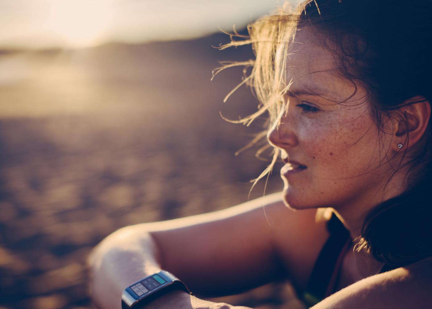 Como deixar o pessimismo de lado: mulher a olhar para o horizonte