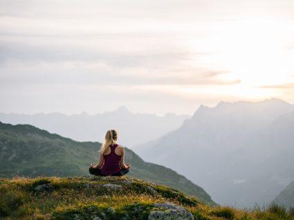 mulher em meditação na montanha