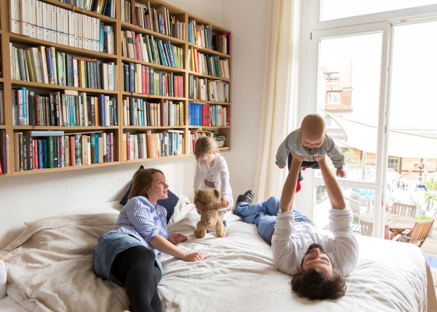 Slow parenting: pais a brincar com os filhos em casa