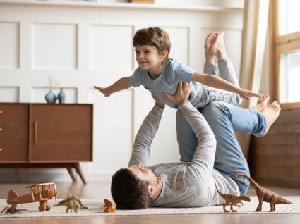 Slow parenting: pai a brincar com o filho em casa