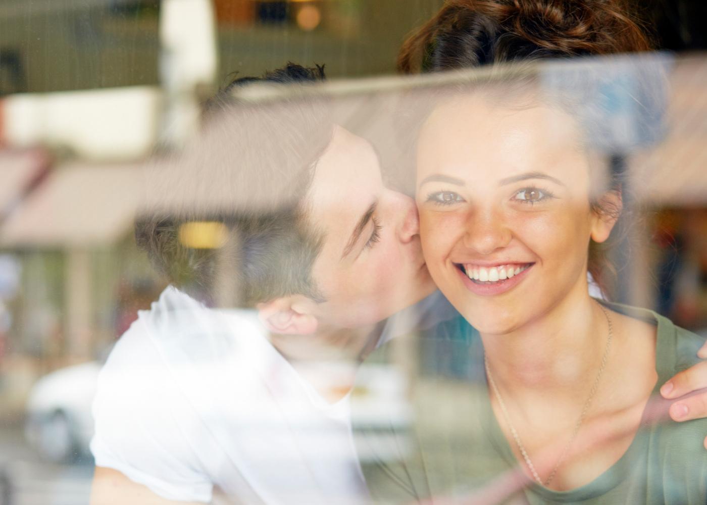 Casal de adolescentes a namorar