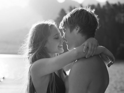 Despertar sexual na adolescência: casal de adolescentes abraçados