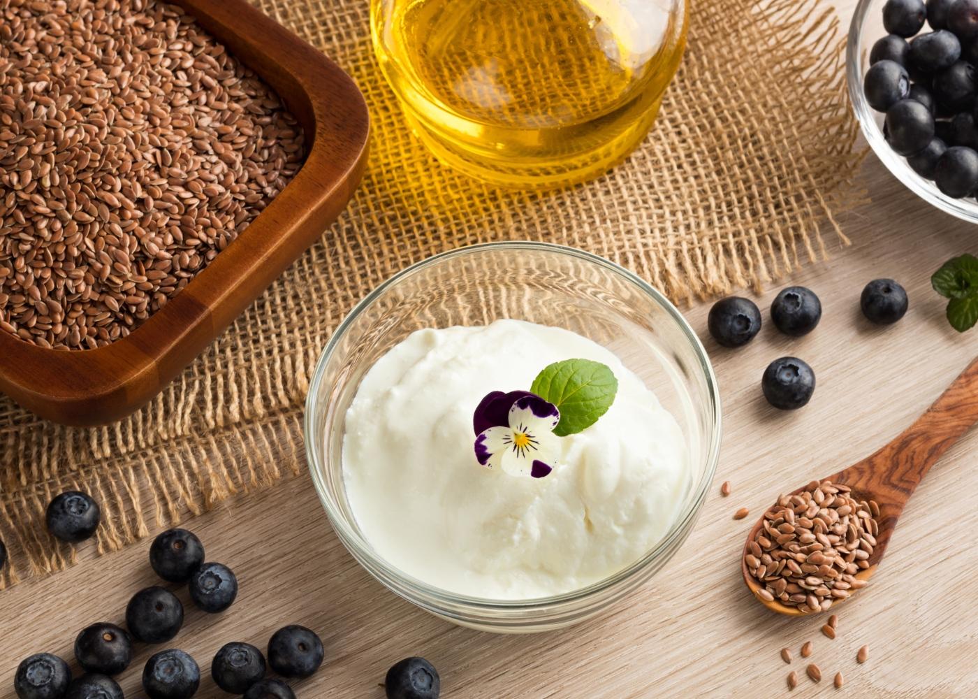 Queijo quark, mirtilos e sementes em cima de mesa
