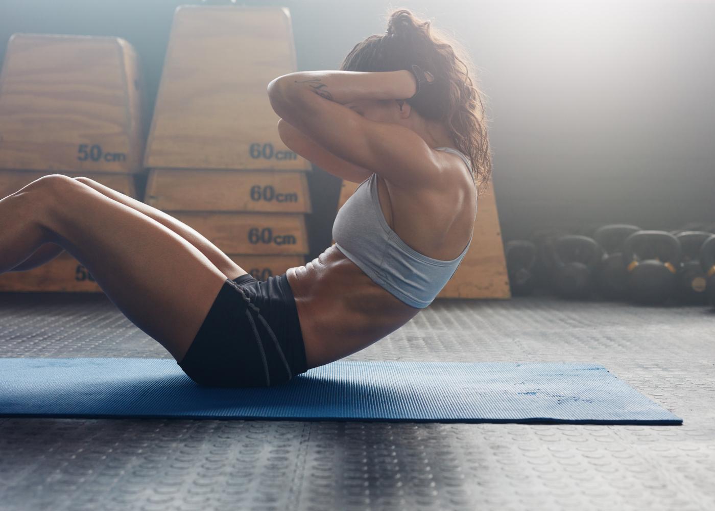 Mulher a fazer abdominais para perder barriga