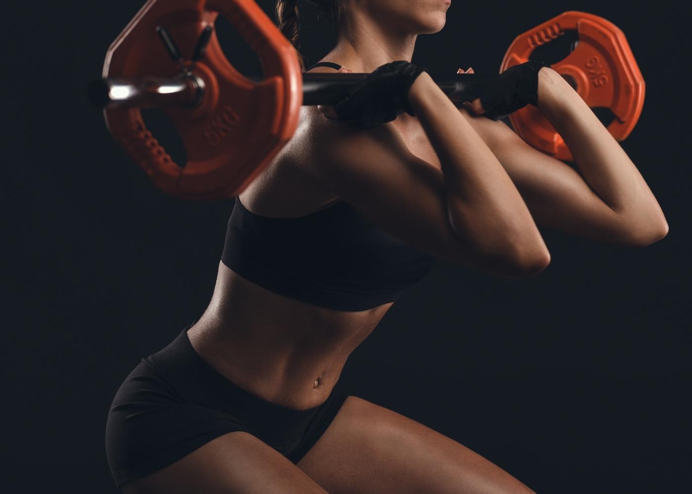 Mulher a fazer exercício de agachamento + press