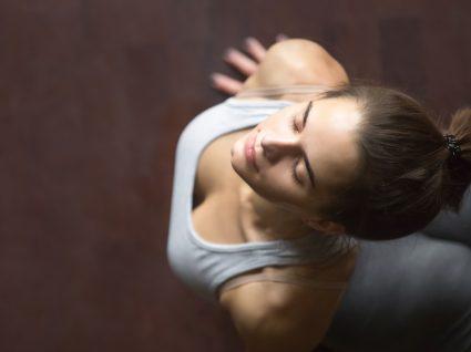 Mulher a fazer exercícios para a dor ciática