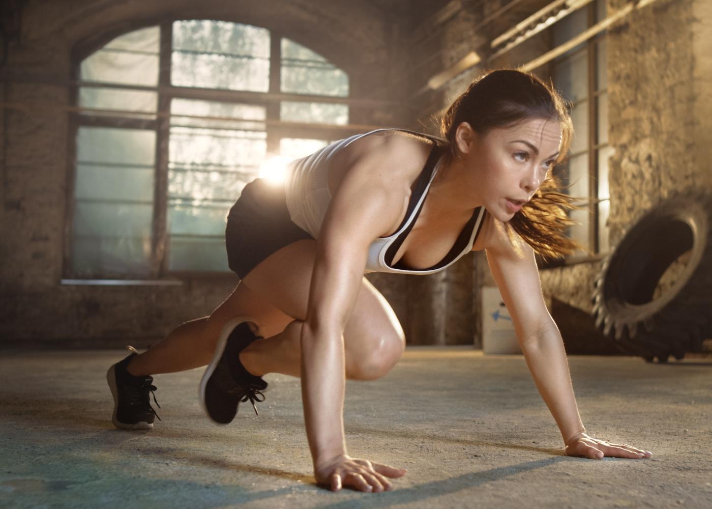 Mulher a fazer treino intervalado