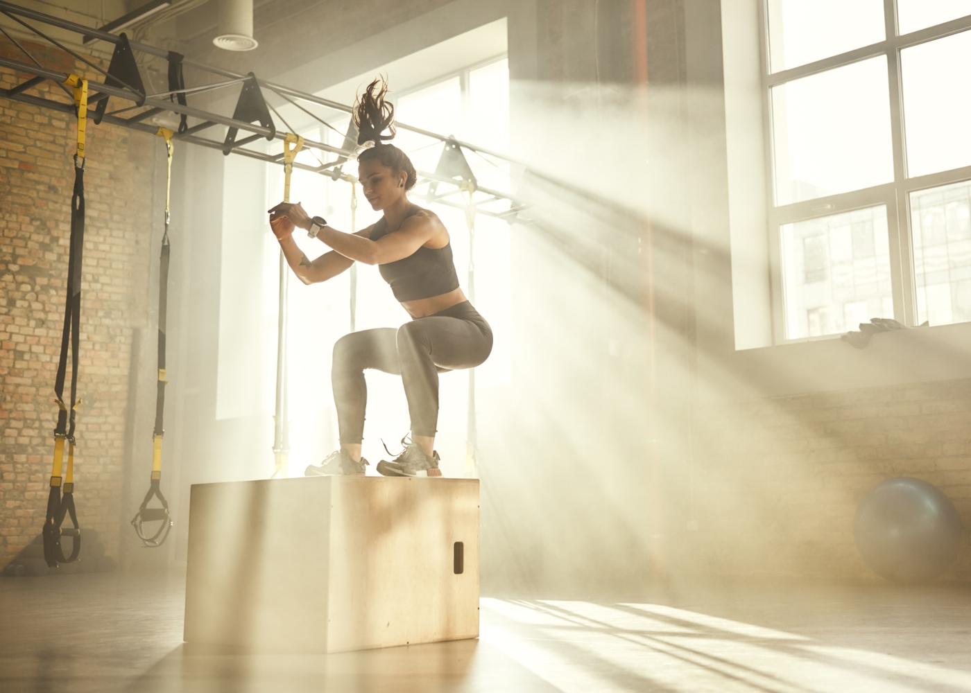 Mulher a fazer treino de HIIT no ginásio