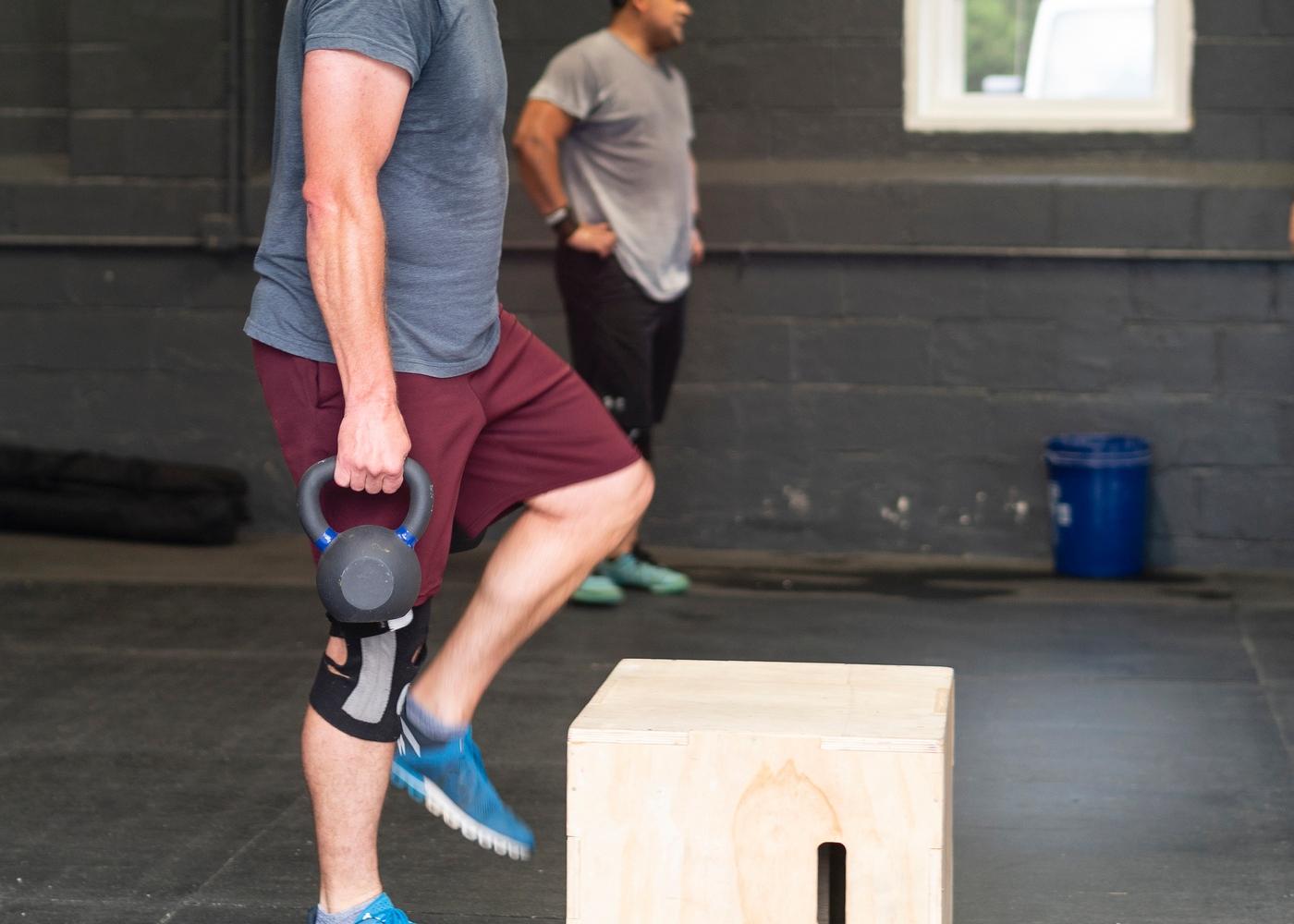 Exercícios de pernas para hipertrofia: step-up