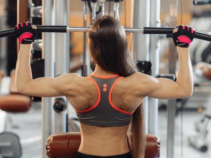 Mulher no ginásio a fazer treino de costas