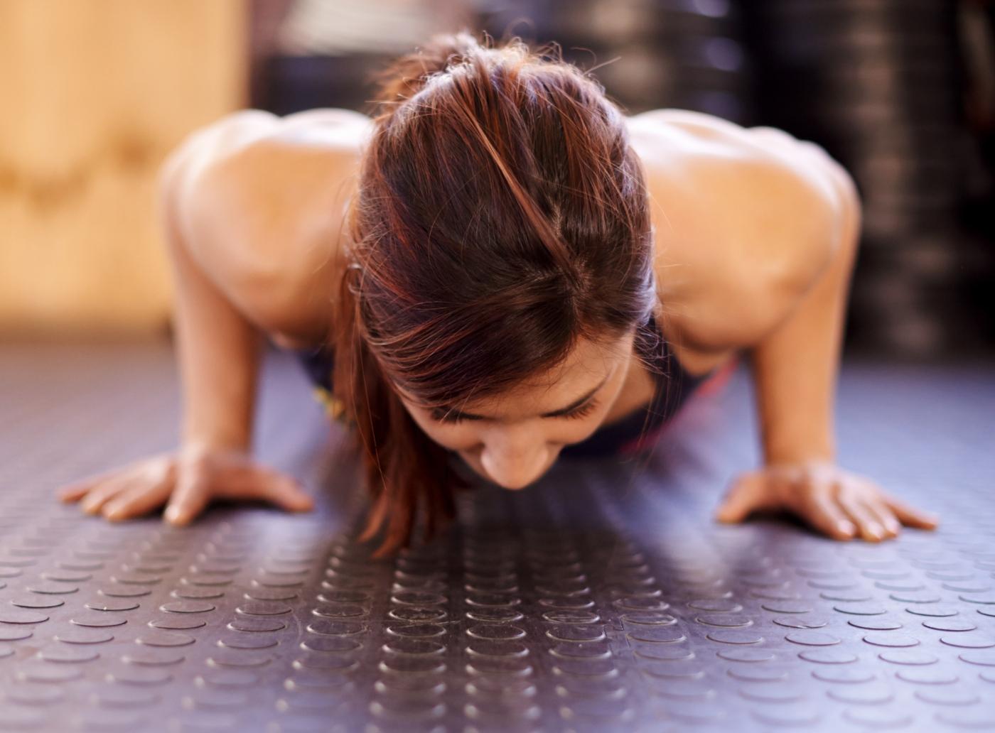 Mulher a fazer flexões
