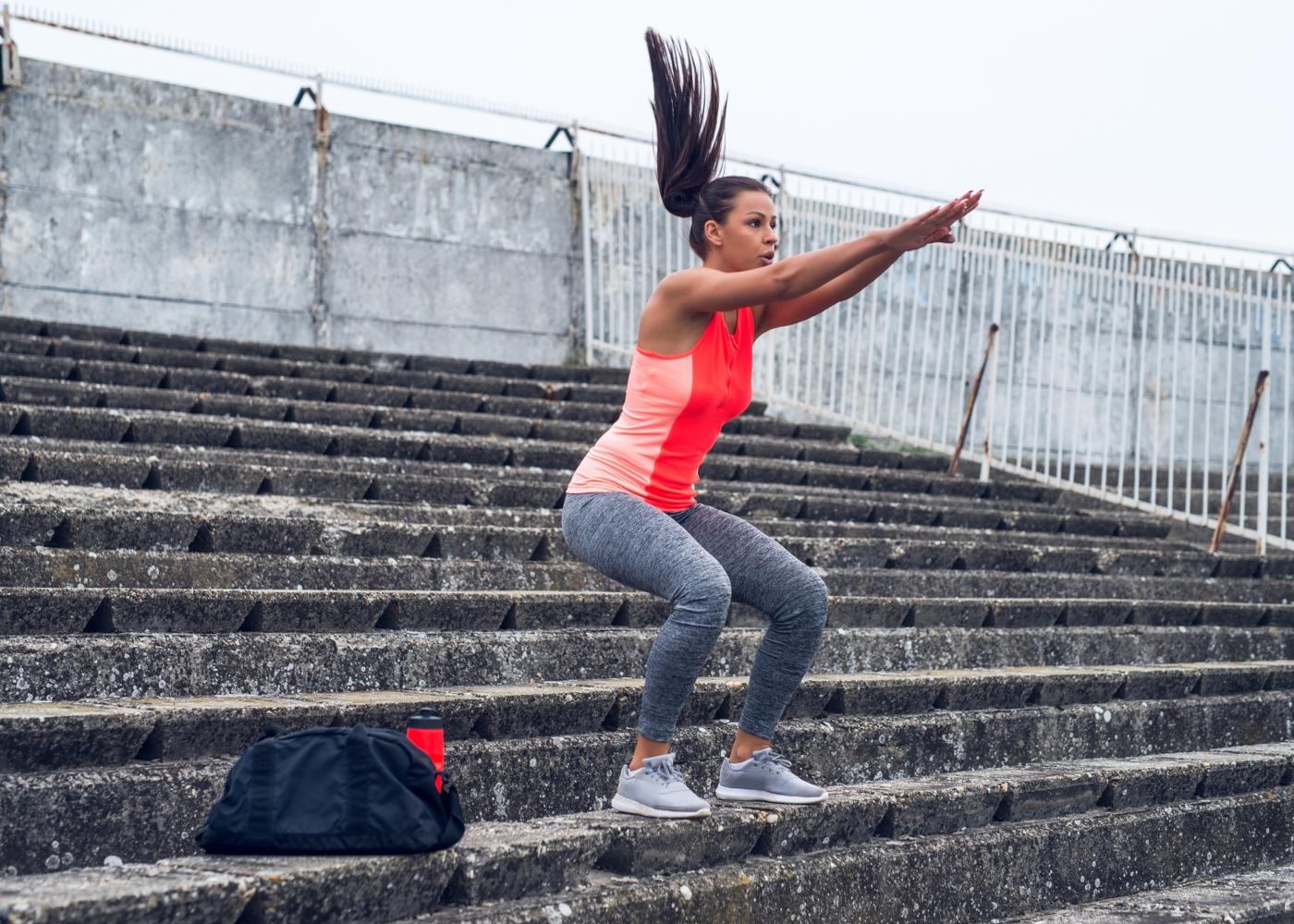 Treino de pernas ao ar livre: agachamento com salto