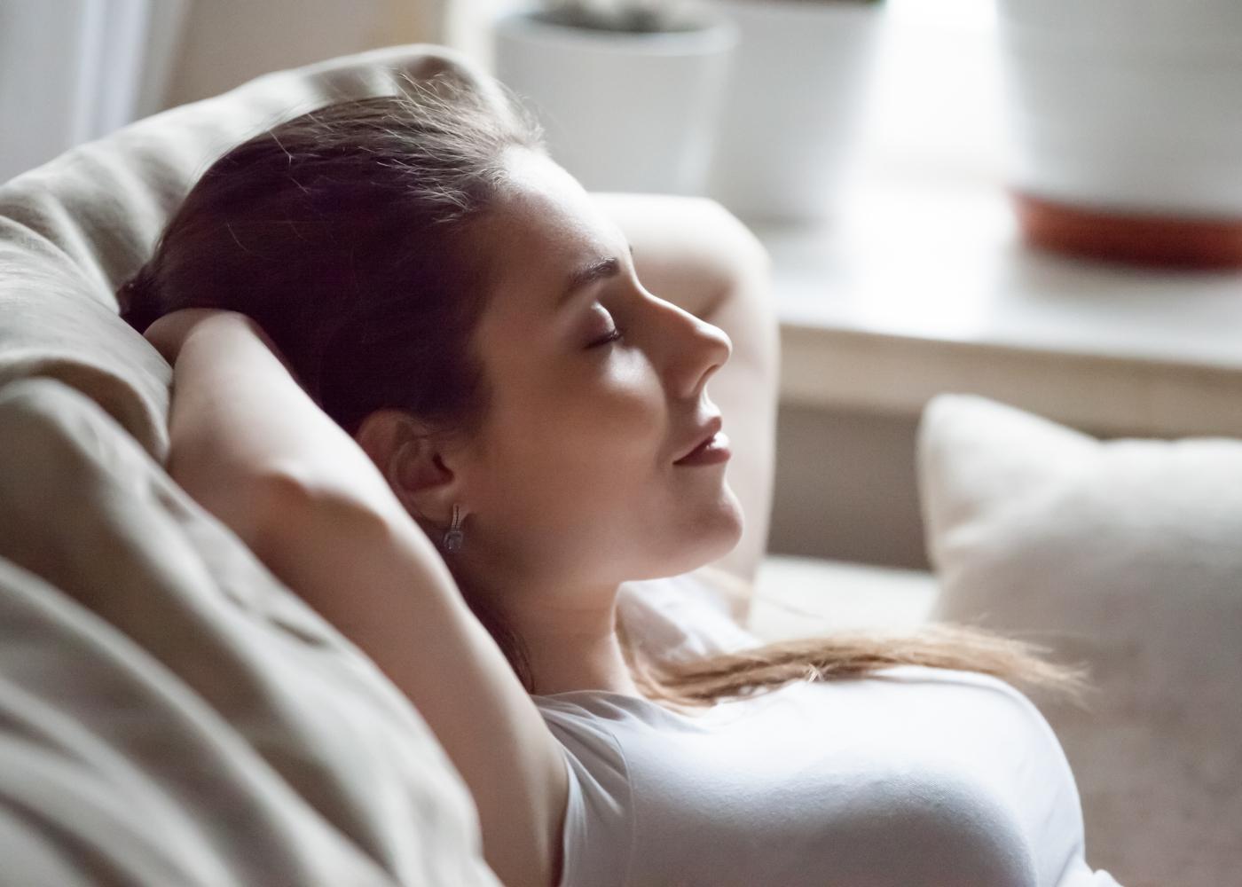 benefícios da pressoterapia mulher relaxada na sala