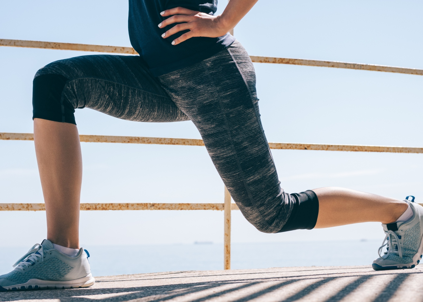 Mulher a fazer série de lunges ao ar livre