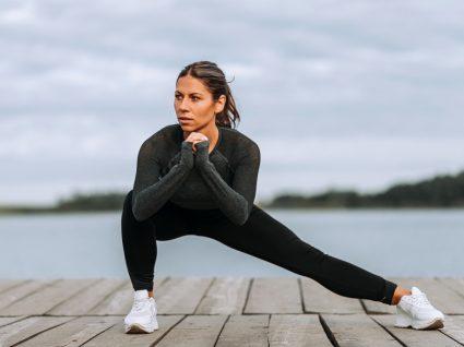 Mulher a fazer treino de pernas ao ar livre