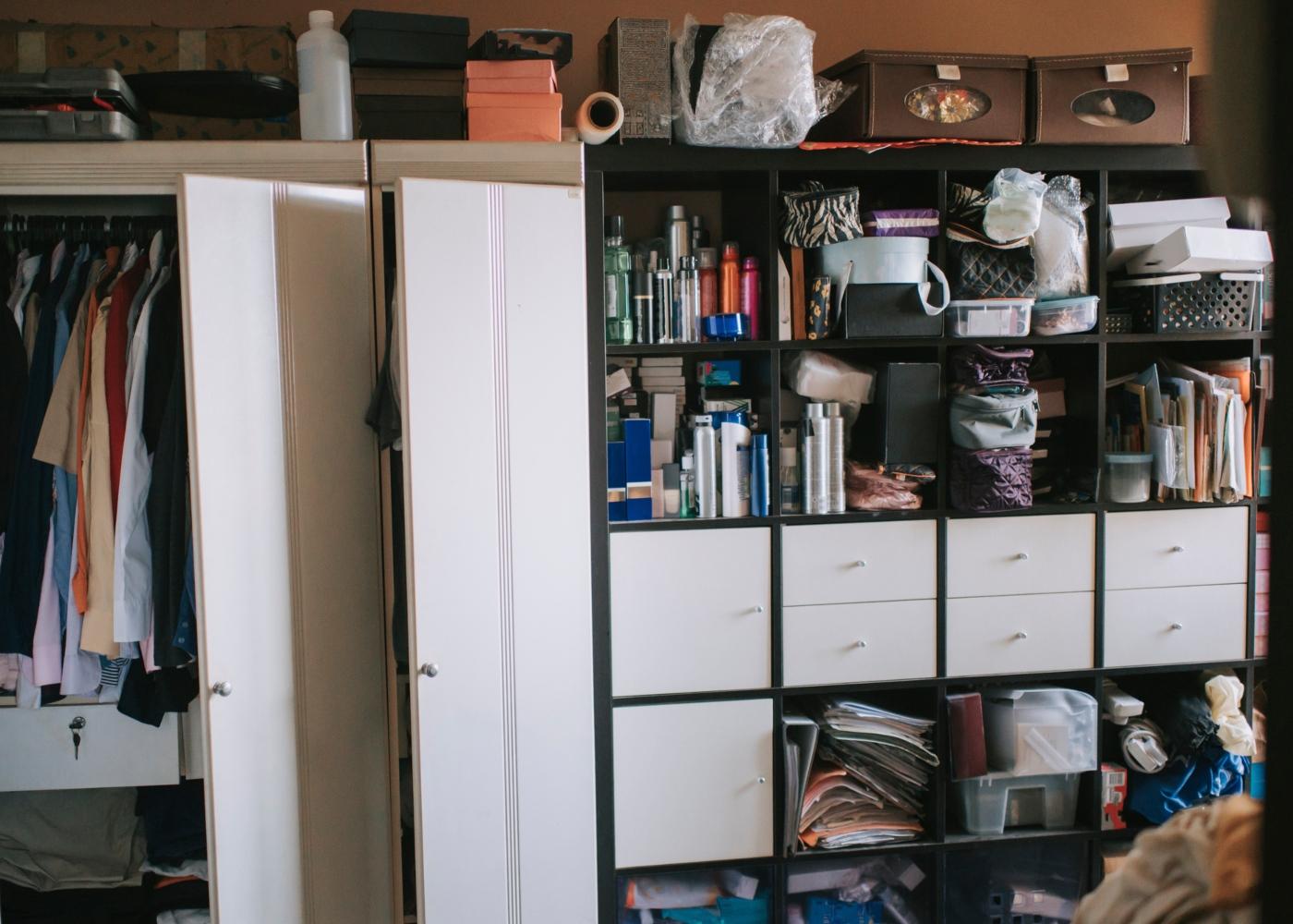 Perturbação de acumulação: armários a abarrotar com a acumulação de artigos
