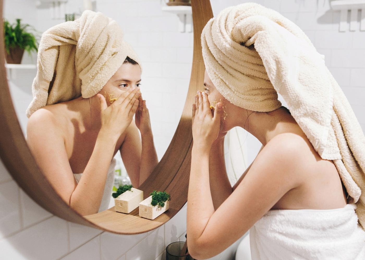 Mulher com pele oleosa a fazer esfoliação de rosto