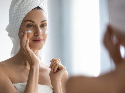 Mulher a fazer limpeza de pele oleosa