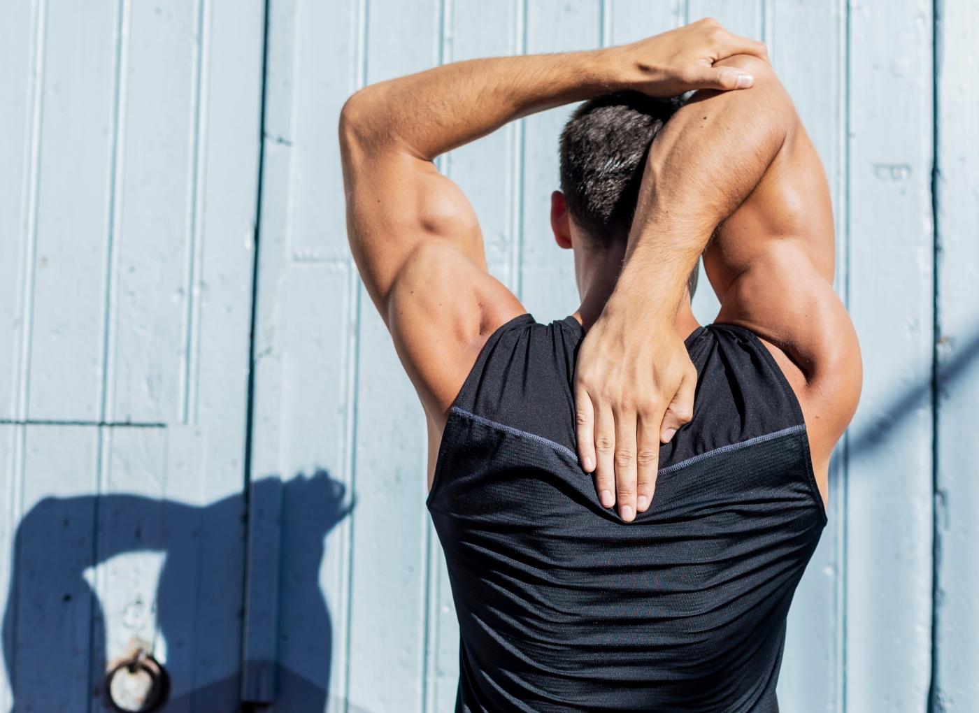 Homem a fazer alongamentos dos triceps