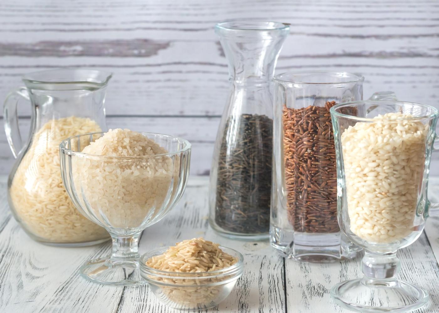 Taças de vidro com diferentes variedades de arroz
