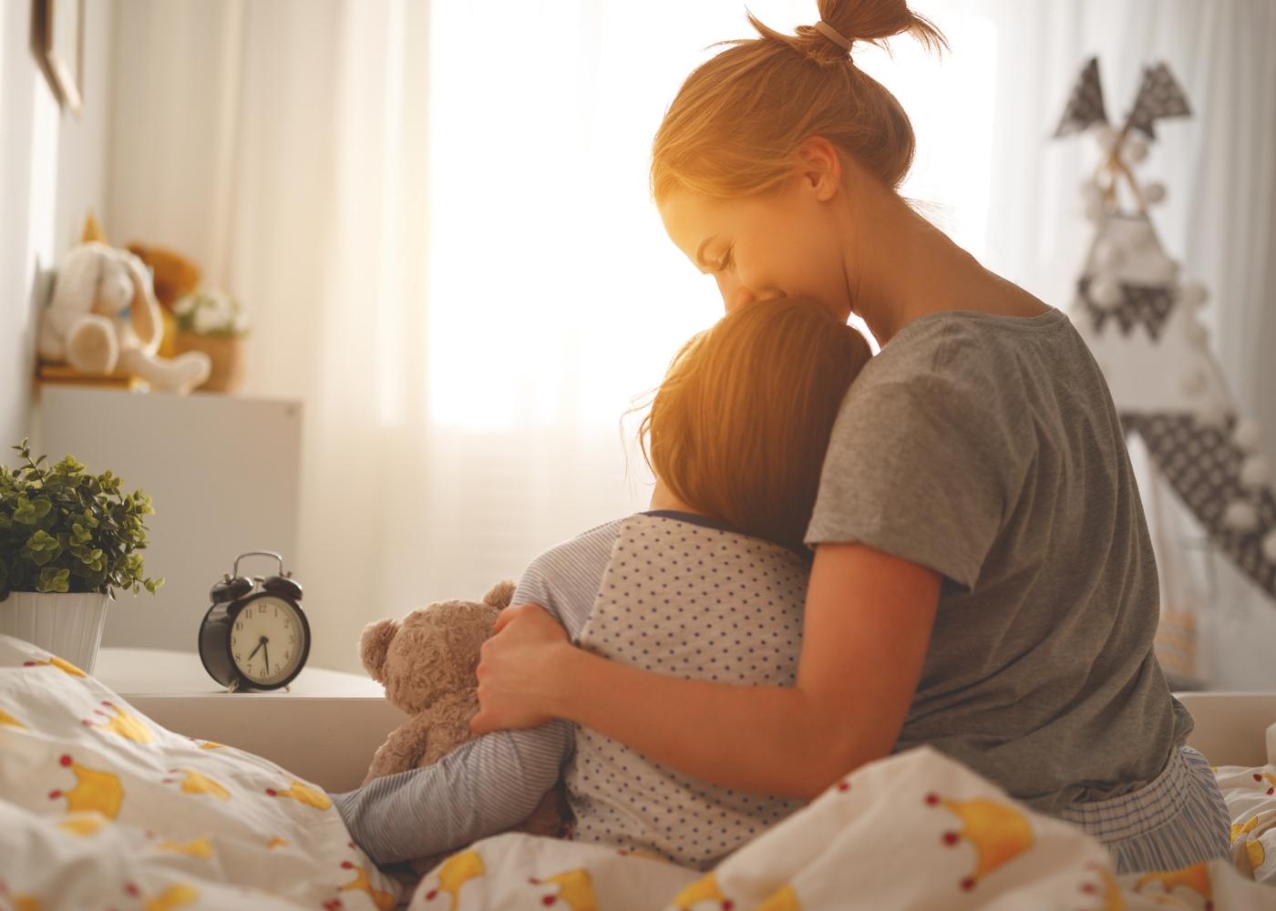 Como ajudar a crianças a lidar com as emoções: mãe a ouvir desabafo da filha