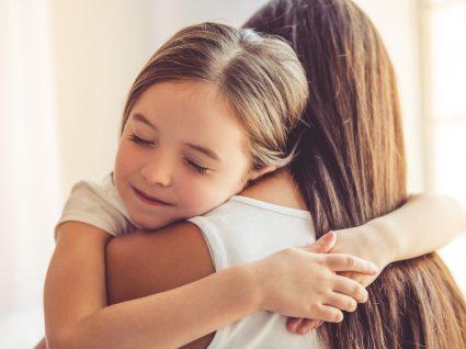 Como ajudar a crianças a lidar com as emoções: menina a abraçar a mãe