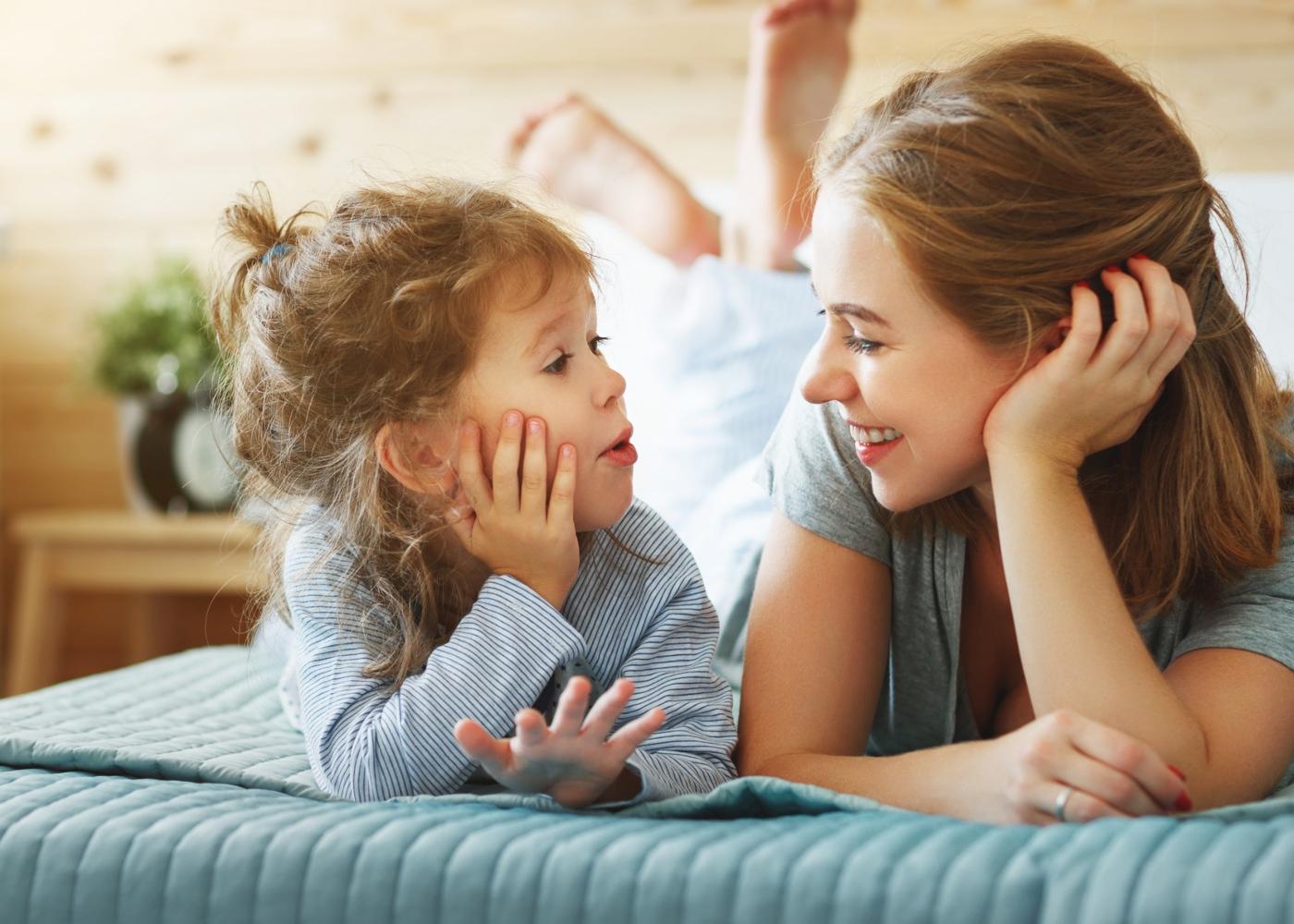Como ajudar a crianças a lidar com as emoções: menina a conversar com a mãe