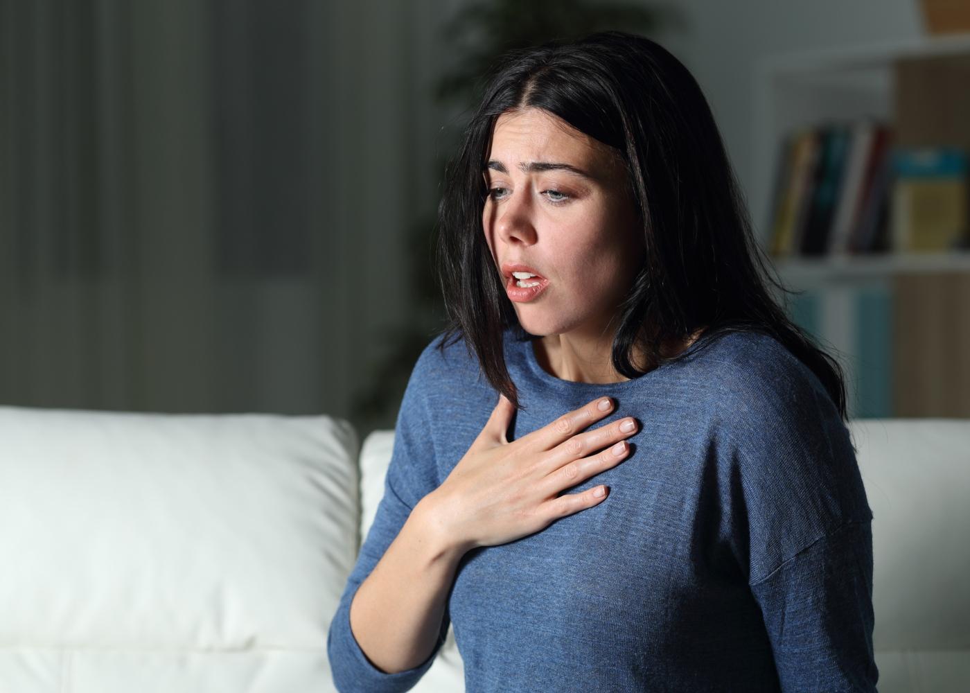 Mulher a ter uma crise de ansiedade