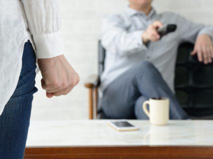 mulher a controlar o marido