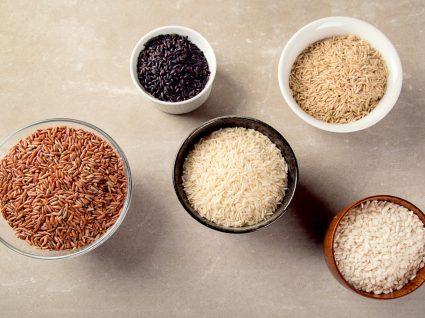 Taças com diferentes variedades de arroz