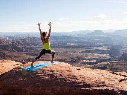 mulher a meditar na montanha