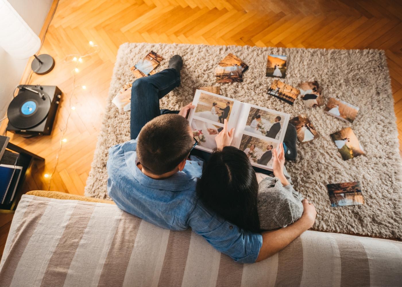 casal sentado no chão da sala a recordar o casamento