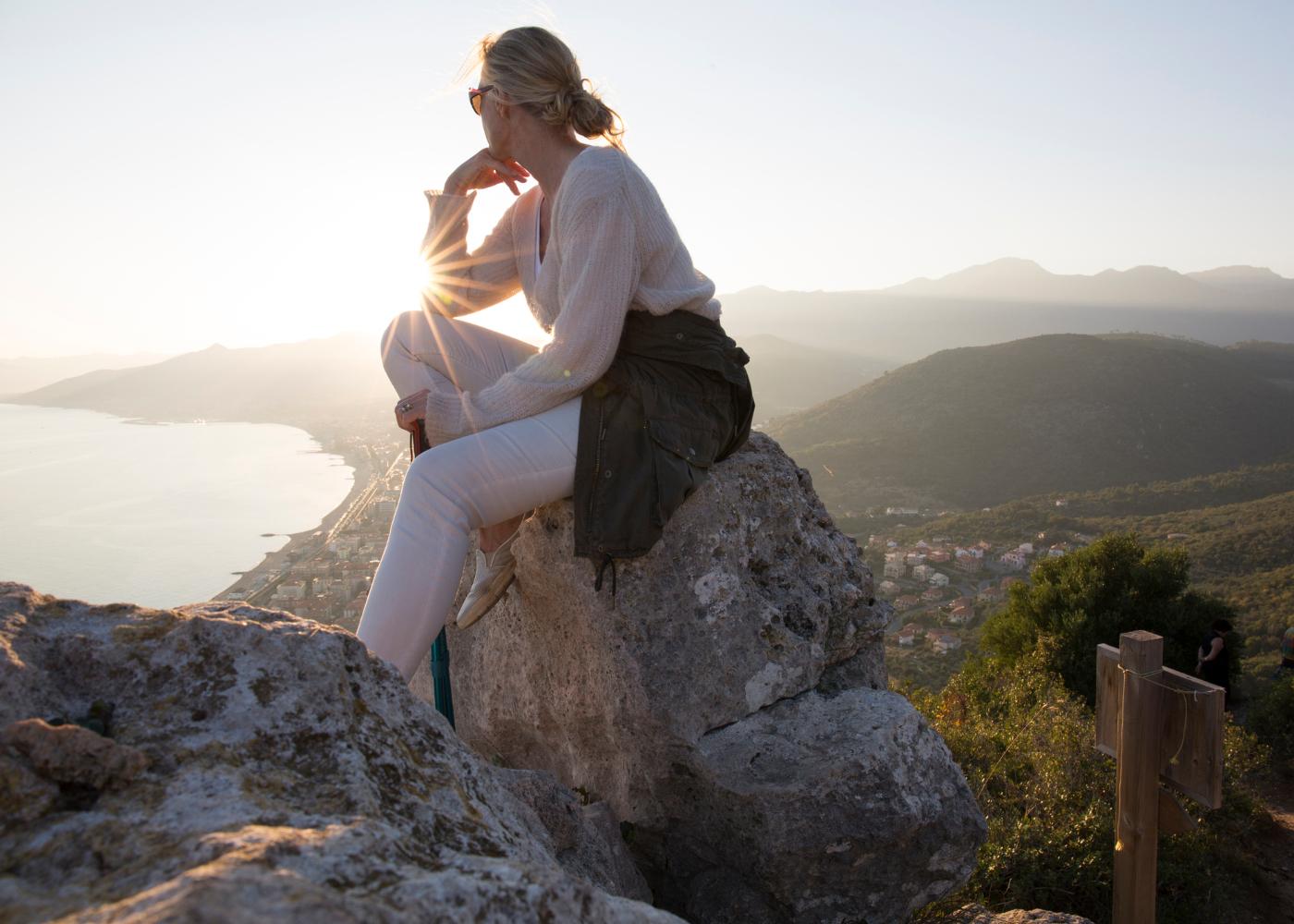 mulher pensativa na montanha