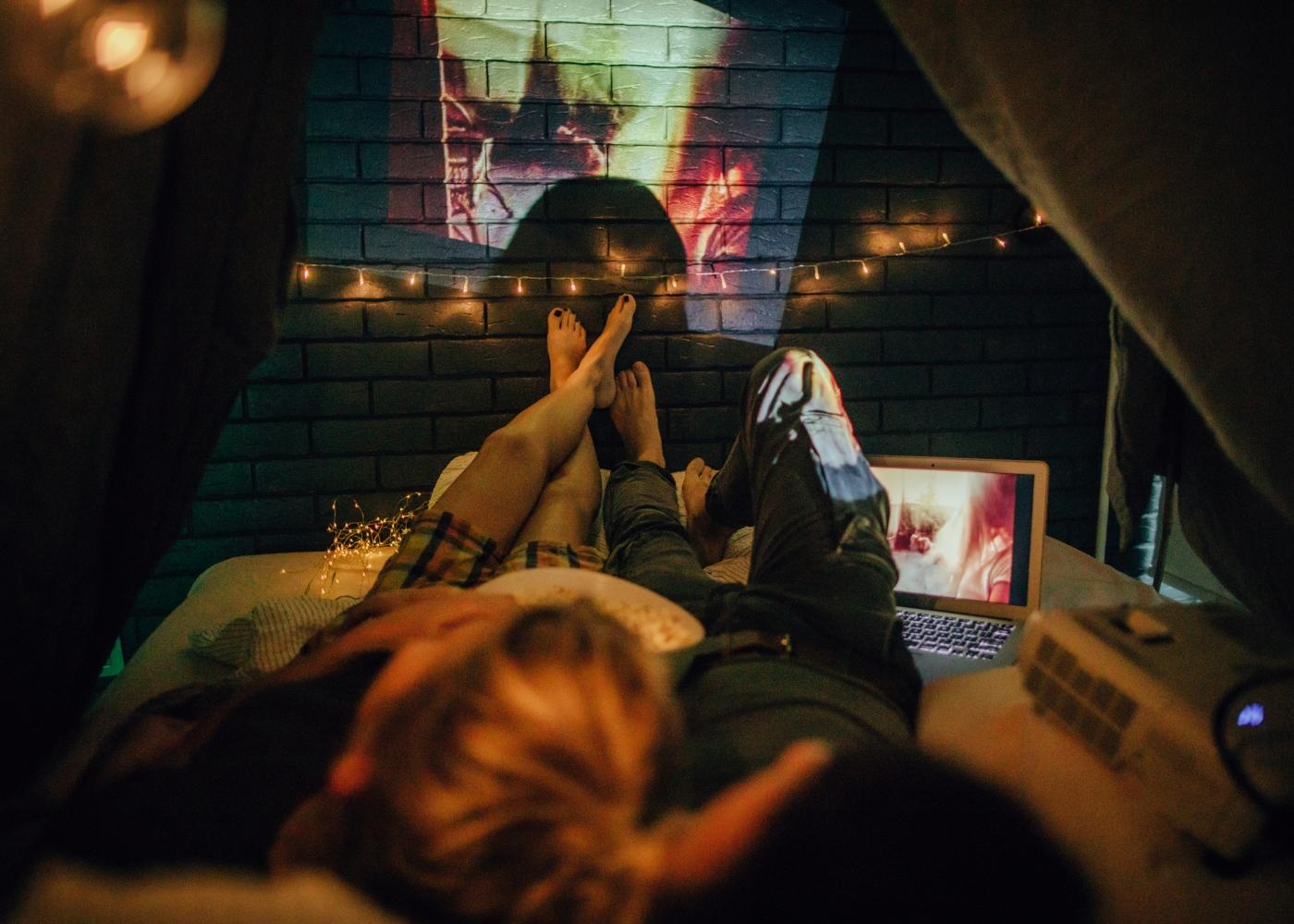 casal em noite de cinema romântica