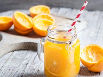 vitamina c previne gripes e constipações: sumo de laranja natural