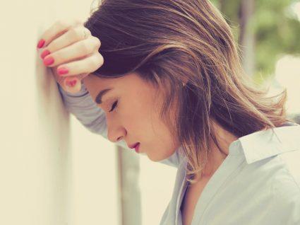 Baixa médica por cansaço: mulher com sintomas de burnout