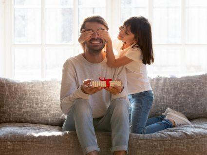 Prendas para o Dia do pai: filha a dar prenda ao pai