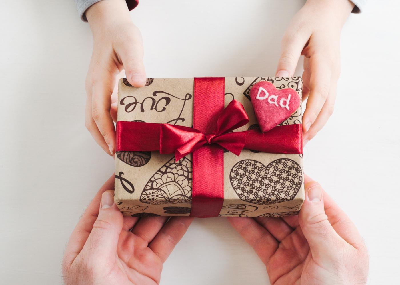 Prendas para o Dia do Pai: filho a dar prenda ao pai