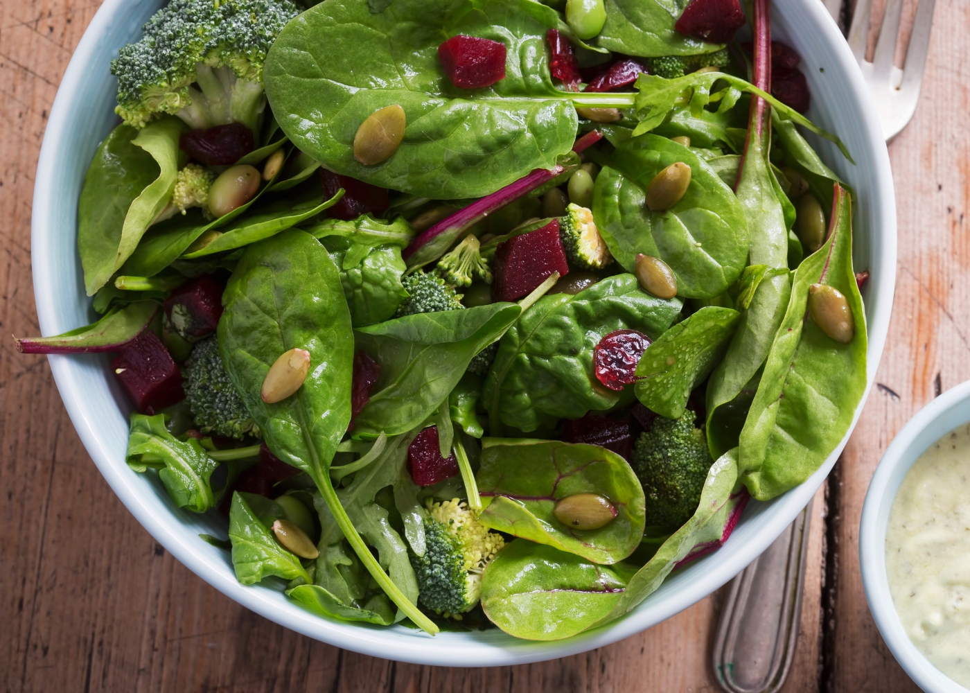 salada com espinafres e sementes